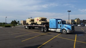 Más vehículos médicos militares están estacionados en Walmart en Parker, CO.